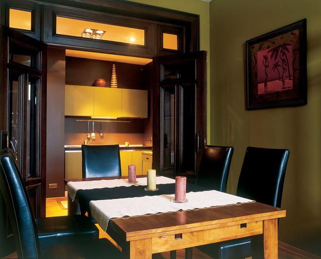 Квартира задумывалась как жилье для одиночки, поэтому кухня здесь невелика. Зато столовая большая!