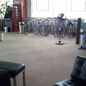 Для сотрудников компании предусмотрена отдельная велопарковка.