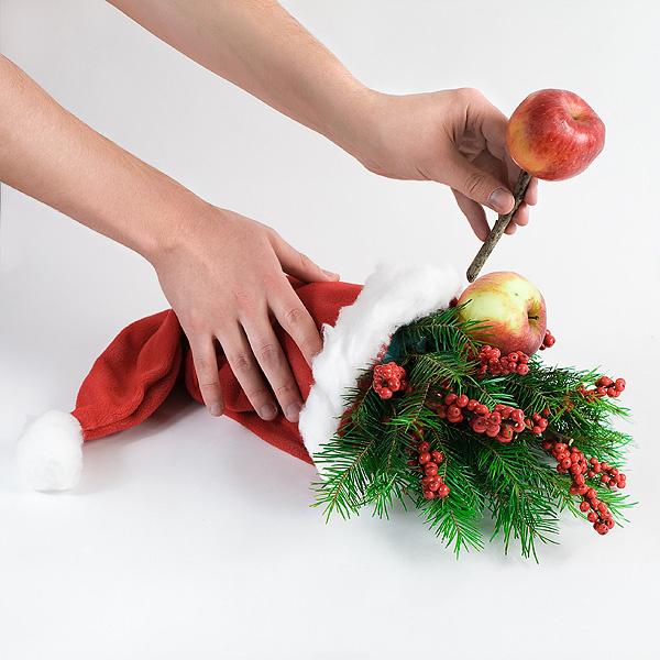 Шаг 8. Нашу композицию украсят и настоящие фрукты. Мы насаживаем яблоки на палочки и помещаем их в пиафлор.