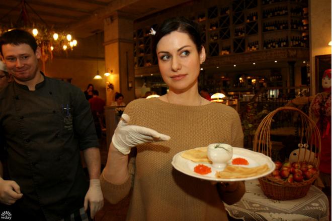 Масленица в Петербурге: Анна Ковальчук испекла блины для больной девочки