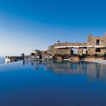 Отель Caruso Belvedere (Италия). Этот бассейн находится в Равелло, одном из самых романтичных итальянских городков, в 300 км от Рима. Отель стоит на холме, поэтому, купаясь в бассейне, можно смотреть на море... сверху! Любопытно, что бассейн окружен древними руинами, датирующимися XI веком.