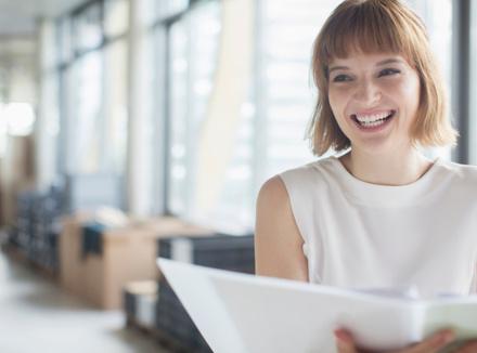 Женщина в офисе улыбается