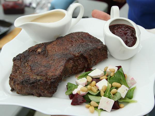 Мясо с салатом из свеклы и козьего сыра