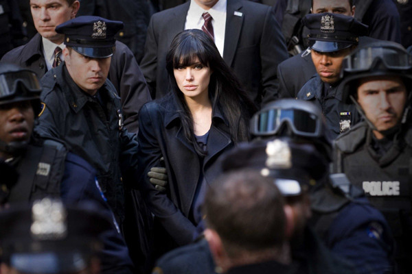 Предполагалось, что главную роль в фильме сыграет Том Круз, однако он принял решение сниматься в другом боевике о спецагентах «Рыцарь дня», и его заменили на Джоли. После этого сценарий картины был переписан.