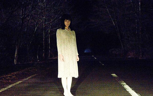 призрак девушки в белом платье на дороге видео