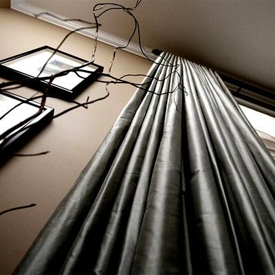 Украшая офис текстилем, помните, что ткань собирает много пыли, поэтому не забывайте периодически отправлять шторы и ковры в химчистку.