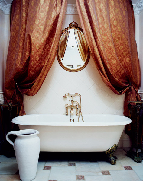 В эту ванную комнату с лепниной, тяжелыми портьерами и сантехникой ROSBRI можно попасть только из спальни хозяйки.