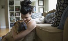 Девушка забрала пса из приюта, и он не перестает ее обнимать