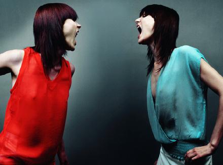 Две женщины кричат друг на друга