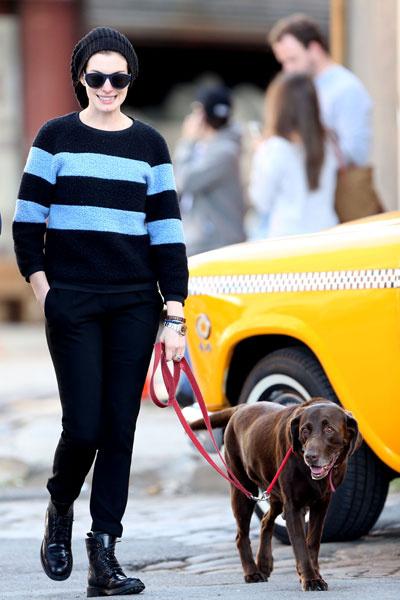 Энн Хэтэуэй на прогулке с собакой