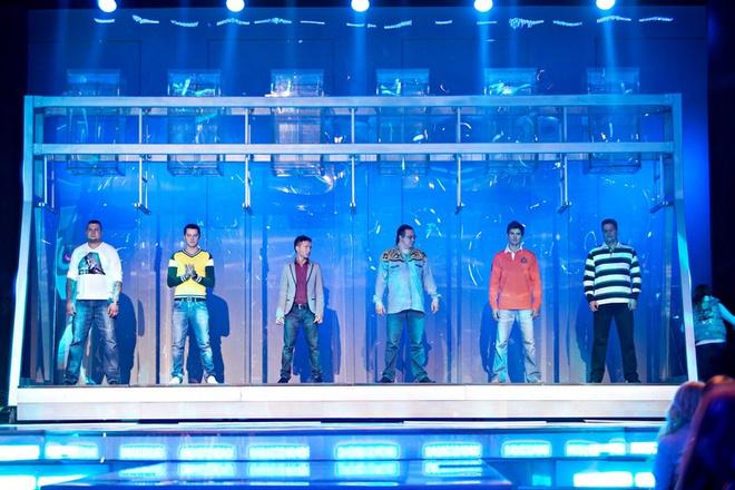 Участники ждут решения зала о том, кто должен покинуть шоу.