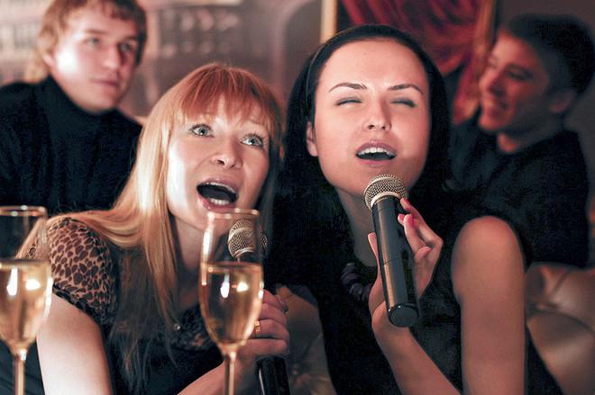Вас смущает перспектива петь шансон хорошо поставленным голосом? Глупости! Во-первых, нужно сначала немножко выпить – тогда текст песен покажется вам симпатичным (не притворяйтесь, что не знаете слова – все в этой стране знают «Рюмка водки на столе», даже если никогда не слышали!).