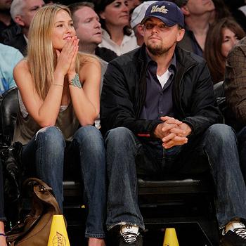 Бар Рафаэли и ее бойфренд Леонардо Ди Каприо на баскетбольном матче команды «Лейкерс».