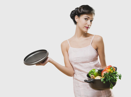 Девушка с кастрюлей овощей