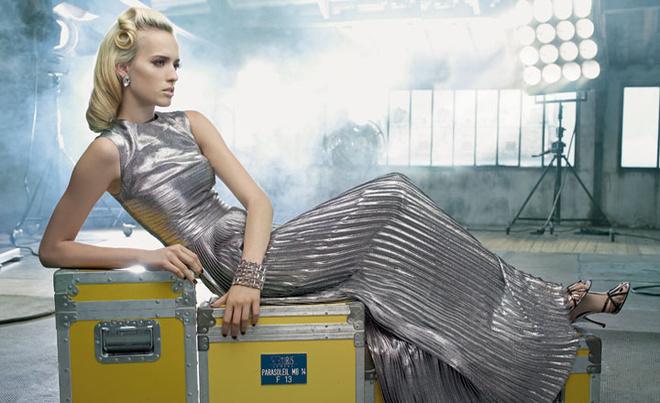 Платье, Jil Sander; босоножки, Dolce & Gabbana