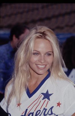 Памела Андерсон в 1990 году.