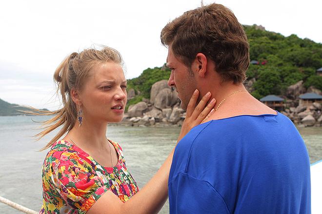 Екатерина Вилкова играет преподавательницу фигурного катания, которая в знак протеста решает выйти замуж за олигарха, а Константин Крюков ей в этом помогает.