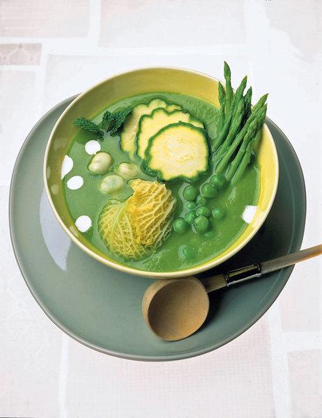 Суп из зеленой спаржи и горошка с хрустящими мини-овощами