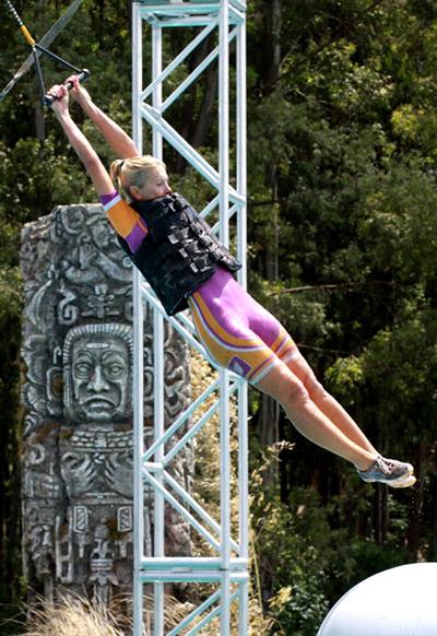 Алена Свиридова впервые жизни прыгает с тарзанки.
