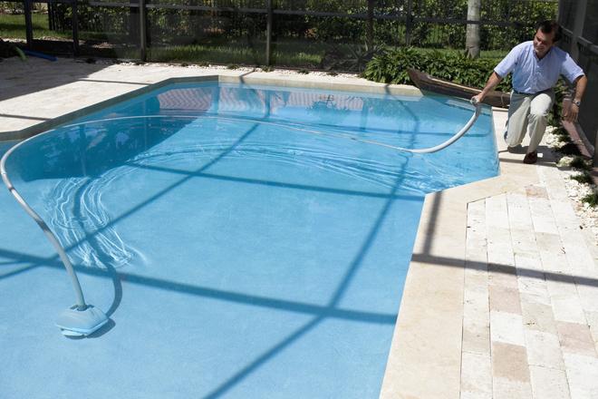 как почистить бассейн