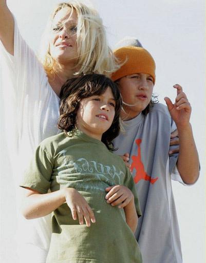 Памела Андерсон (Pamela Anderson) с сыновьями