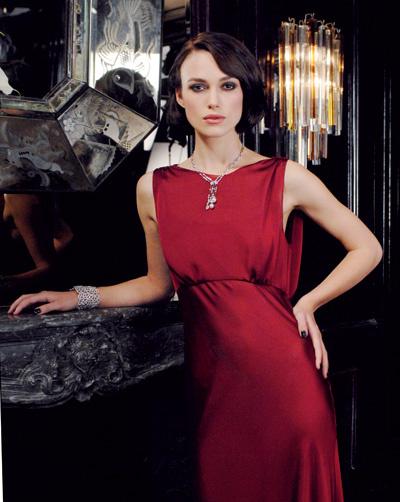 Алое шелковое платье, в котором Кира Найтли предстает в рекламном видео Coco Mademoiselle, создано Карлом Лагерфельдом специально для съемок. Актриса была заворажена элегантностью этого наряда.