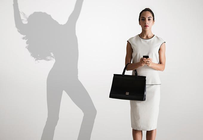 Женщина и ее пляшущая тень