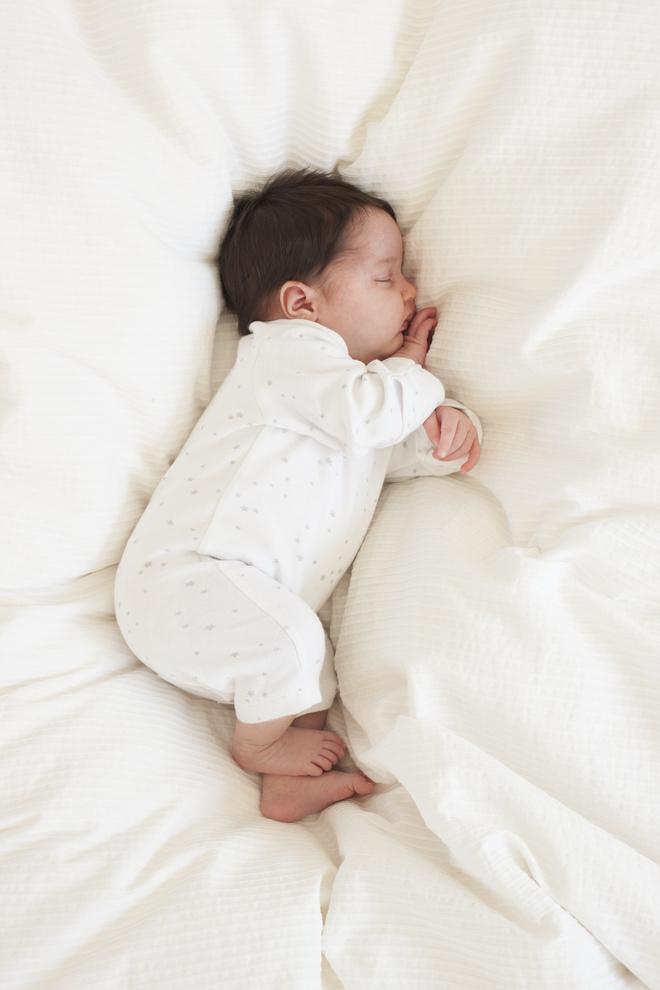 ребенок спит на боку