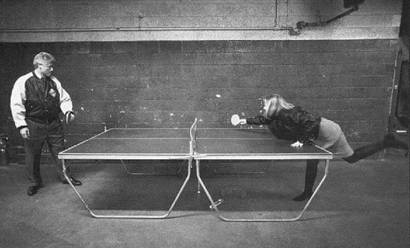 Билл и Хиллари за игрой в пинг-понг