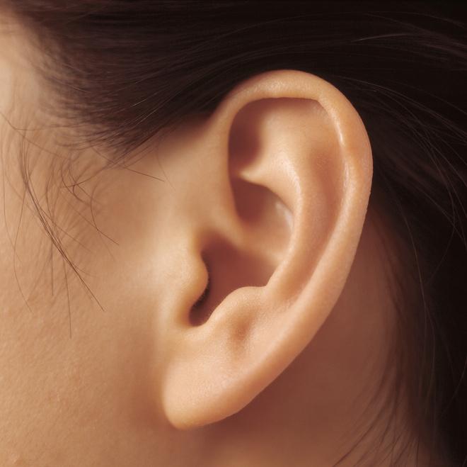 шишка на мочке уха