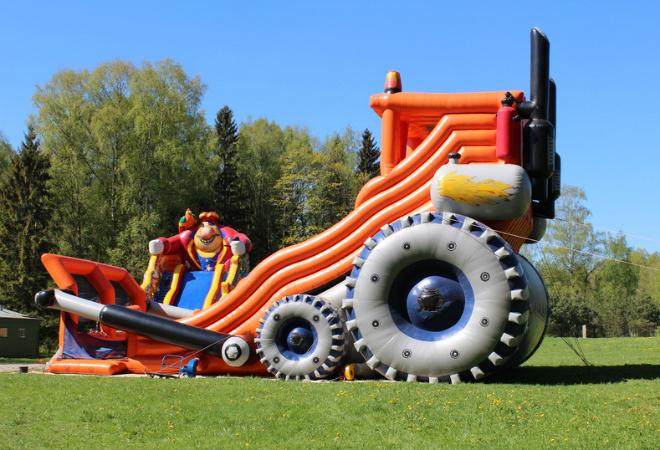 Высота гигантского батута-«трактора» – 12 метров