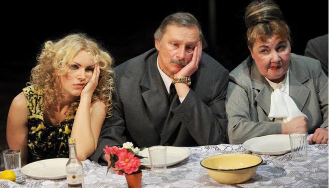 В спектакле «Свадьба» задействована почти вся труппа Национального Белорусского театра, два поколения актеров, которая отлично соединилась с участниками московской студии SounDrama.