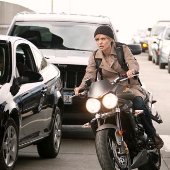 Актриса освоила мотоцикл и научилась таскать на себе тяжелое снаряжение, скрывая от коллег свои синяки.