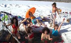 Кемеровчанки отметили 8 Марта пляжной вечеринкой на Красном озере