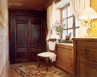 Встроенный шкаф из состаренного дуба сделан по эскизам Ирены Барене.