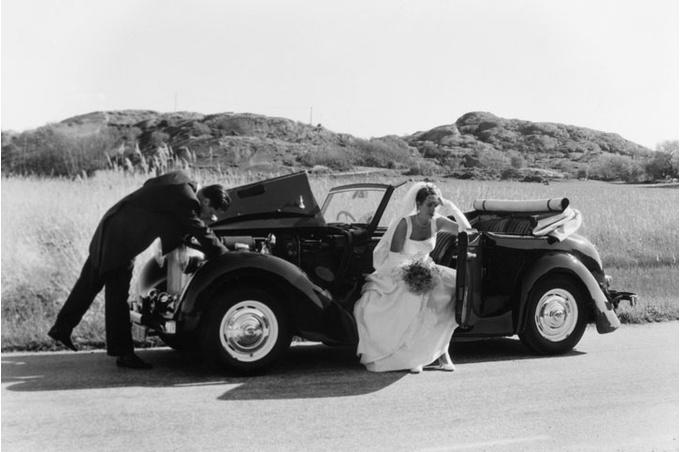 Невеста и жених в машине