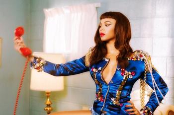 Бейонсе в новой фотосессии. Пиджаки с крупными подплечниками, декорированными периями, цепями и бусинами - неперменный атрибут ее настоящего образа.
