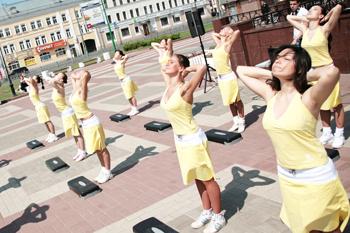 Благодаря этому упражнению можно укрепить мышцы шеи и примерять любые украшения.