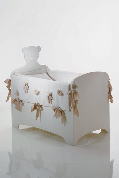 О назначении нейтральной поцвету мебели будут напоминать размеры иэлементы декора: накладные шелковые банты, прорези вформе сердечек, сделанные в столешнице и спинке стула.