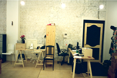 Мебели в редакции минимум – столы, стулья и пара шкафов, – что делает офис очень просторным. В основном мебель сделана из дерева.