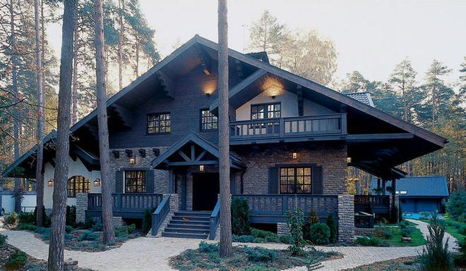 Дом в альпийском стиле отлично вписался в подмосковный ландшафт.