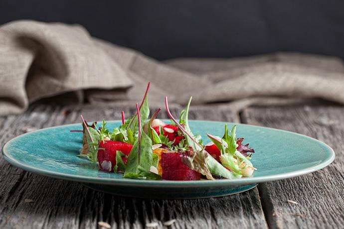Салат с козьим сыром, маринованным арбузом и запеченной свеклой