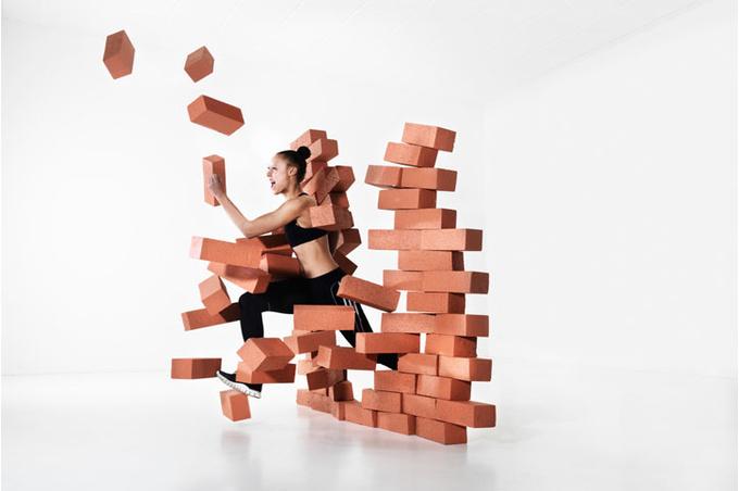 Сквозь кирпичную стену
