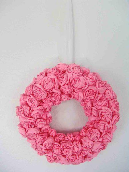 Венок из роз: цветочные заготовки сажаются на поролоновый «бублик».