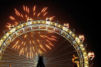 В новогоднюю ночь в Вене устраивают яркие шоу фейерверков. Посмотреть на которые можно, например, с колеса обозрения.