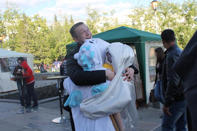 Обнять кого угодно! А что? Free hugs («свободные объятия») – это уже культовый флэшмоб.