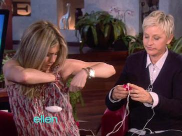Дженнифер Энистон (Jennifer Aniston) получила в подарок вибратор для сосков.