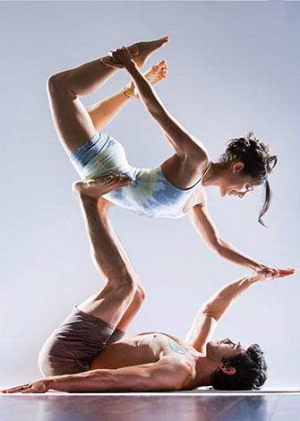 Пара преподавателей йоги