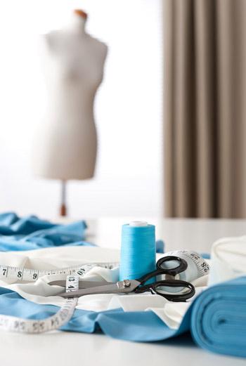 Чтобы стать портным, вам понадобится всего ничего: швейная машинка, ножницы для раскроя ткани, портновский метр, нитки, мел или карандаш.