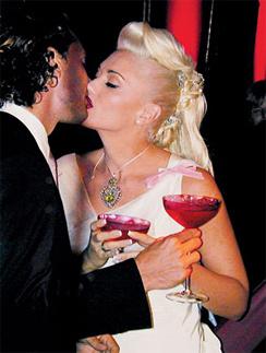 Первый поцелуй Гвен Стефани и Гевина Россдейла в качестве мужа и жены.